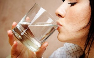 Uống nhiều nước là một trong những cách phòng ngừa sỏi thận tốt nhất.