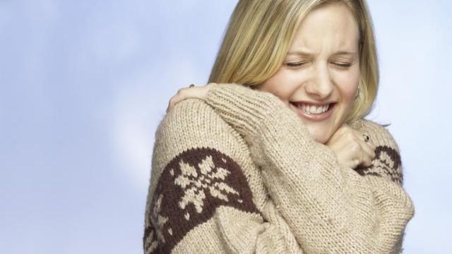 Ớn lạnh là một trong những triệu chứng của bệnh suy thận ở nữ giới
