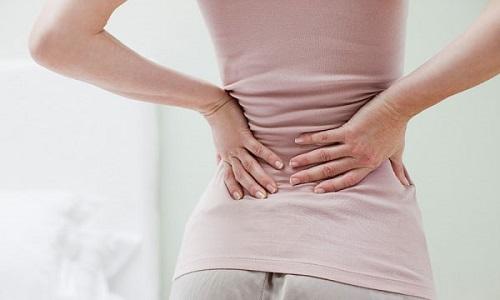 Một trong những dấu hiệu đầu tiên của bệnh là đau quặn vùng thắt lưng